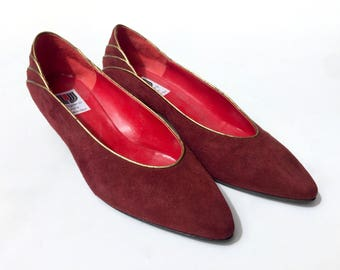 EMMANUEL UNGARO!!! Stunning 1980s 'Ungaro' burgundy suede pumps with heel detail and gold leather piping / Made in Italy