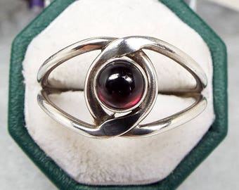 Vintage / Sterling Silver Twisted Infinity Knot Garnet Cabochon Ring / Size Q