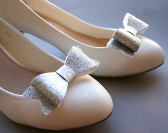 Silver sparkles! Glitter bow shoe clips in silver, wedding, bridal shoeclips, bows, glitter, glittery, fabric, sparkles, sparkling
