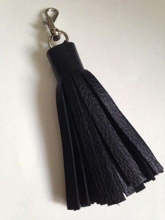 Sac main pompon porte cl pompon en cuir noir franges en for Porte cle pompon h m