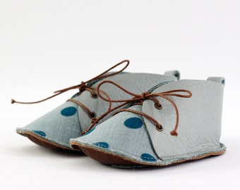 Baby shoes in grayish-green leather and cotton fabric