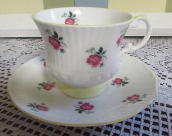 VINTAGE Tasse Et Soucoupe En Porcelaine Fleurs Roses / VTG Cup And Saucer VINTAGE Elizabethan Teacup Bone China  English Tea Made In England
