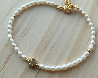 Bracelet beads of water soft white and Pearl four-leaf clover