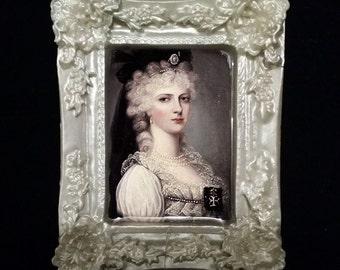 Pearlescent Pavlova Framed Portrait Brooch
