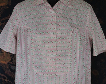 Nightgown in cotton print pink, white and green 1950
