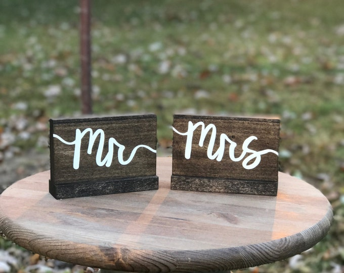 Mr and Mrs Wood Wedding Signs / Wedding Photo Props / Sweetheart Table / Rustic Wedding Signs / Bride Groom Sign / Outdoor Wedding