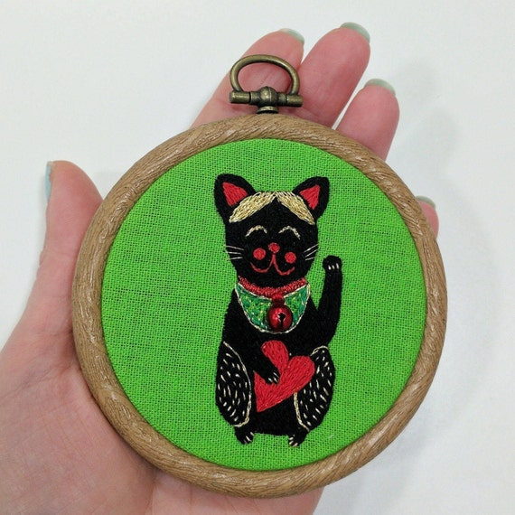 Lucky cat embroidery. Hand embroidery hoop wall art - Maneki neko with heart. Cat wall art. Embroidery wall hanging.
