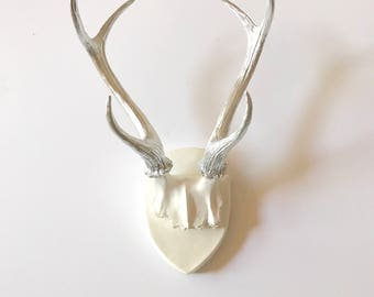 Faux Antlers Plaque Wall Hanging Rustic Modern Large Wall Mount Wall Decor in white with silver antlers Home Decor