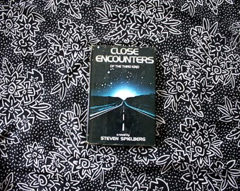 Close Encounters Of The Third Kind. 1978 Vintage First Edition Hardcover Novelization of the Classic Science Fiction Steven Spielberg Film.
