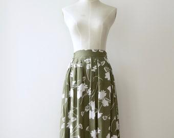 90s Khaki floral midi skirt. Army green pleat floral skirt. 90s floral summer skirt. Green 90s skirt. Midi skirt. Neutral midi skirt