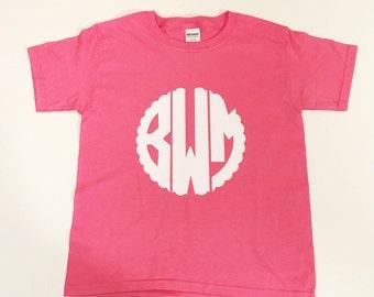 Scalloped Kids Monogram Shirt / youth monogram shirt / scallop monogram / personalized shirt / vinyl monogram shirt / kids tshirt