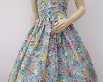 Pretty 1950s dress floral pattern vintage full circle skirt