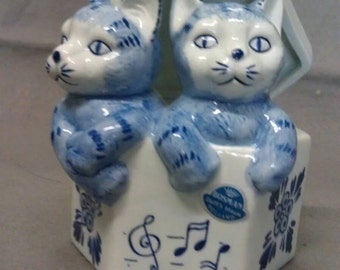 No longer available Bosman Holland Delft's Blauw Cats in Music Box Cat Figurine