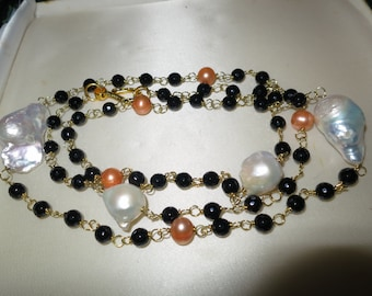 Beautiful 18ct gold plated wire linked white Keshi pearl and black onyx necklace 35""