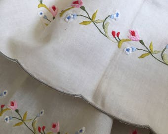 Vintage embroidered table cloth/ sqaue tablecloth / sqaure vintage linen / pretty vintage table linen