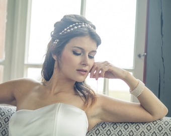 Romantic vintage feel bridal head piece. Pearl hair accessory bridesmaid gift. Winter wedding white pearl bridal headband with silvery wire.