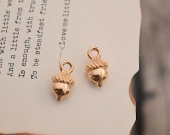 20 tiny acorn charms gold charm pendants  (DAI)