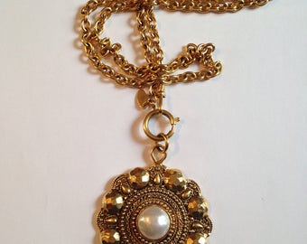 CHANEL - Pendant and gold tone chain