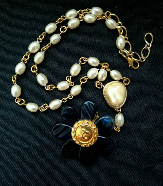 Nice vintage pendant necklace, button necklace, ideal for daily use