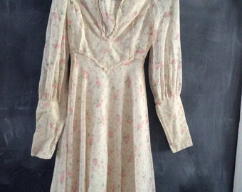 Pretty vintage dress made of a delicate pink floral fabric