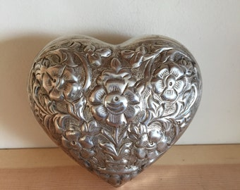 Vintage Metal Heart-shaped Box with Decorative Lid and Plain Bottom