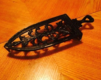 Vintage black French trivet from 1970s in cast iron, perfect for your next dinner