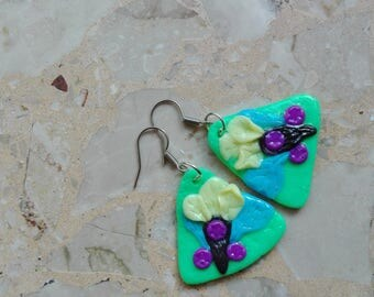 Triangular-shaped earrings with flowers