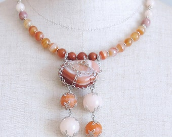 Necklace with caramel agate