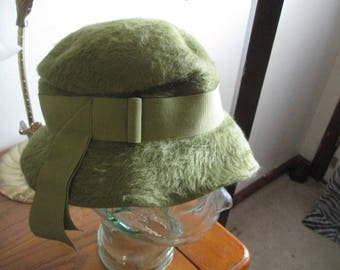 ship free   1930s green  Cloche Hat by Merrimac Merri-Soie, Brushed Felted Fur