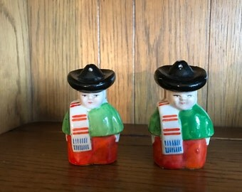 vintage Mexican man with sombrero SALT & PEPPER shakers, collectible, occupied Japan, midcentury, souvenir