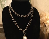 SALE! Vintage 1970s Sarah Coventry long silvertone chain and faux pearl,pendant (A118)