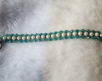 Teal beaded bracelet, with pearl accent
