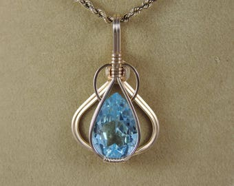 Sky Blue Topaz (9.4 ct) pendant in gold