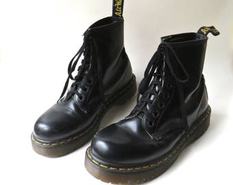 vintage Doc Martens Air Wair  Black Leather Ankle Boots / Made in England / Punk Goth Grunge Rocker Steampunk Boho Indie Hipster