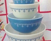 vintage Pyrex Snowflake Garland blue white 401 402 403 404 mixing bowl set. Vintage kitchen. Chef. Baking. Cooking. Food storage.