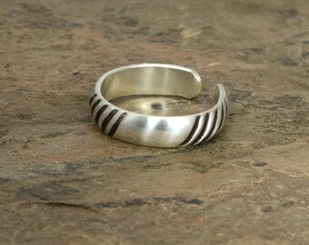 Sterling Silver Toe Ring with Alternating Grooves and Natural Silver Intervals – Solid 925 TR7702