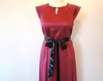 ON SALE Vintage 70s / VANITY Fair / Wine Colored / Night Gown / Medium