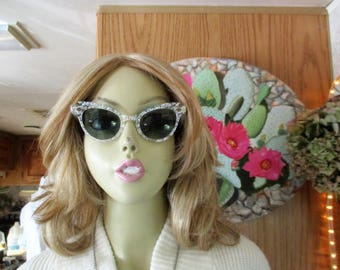1950s Cat eye Sunglasses. frams are Clear lucite with silver confetti