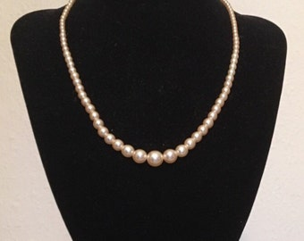 Vintage 1950s deadstock shimmering faux pearl necklace
