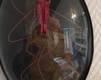 cadre reliquaire bombé vintage linogravure inspiration érotique imprimé sur cuir à l'encre à l'huile et rebrodée  , marthe