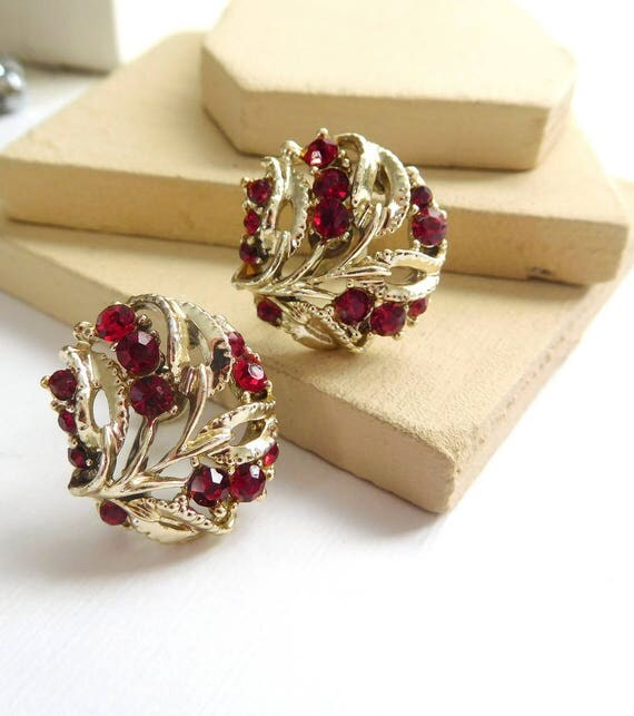 Vintage Light Gold Tone Ruby Red Rhinestone Flower Screw Back Earrings K23