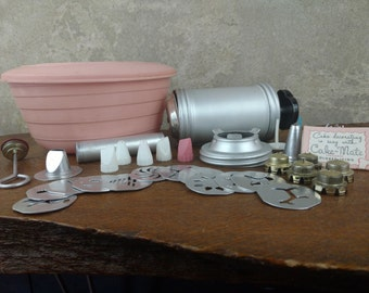Vintage 50s Cake Decorating Kit, pastel pink kitchen, cake decorating tools