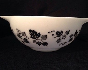 Mother's Day Gift Vintage Pyrex Black Gooseberry Mixing Bowl 2 1/2 qt 1950s