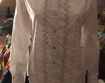 Vintage 1970's Pearlized Button White Flower Embroidered Blouse Size Medium Large