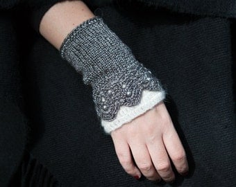Crocheted and knitted anthracite/cream wrist warmers with pearls. Fingerless gloves. Wool and polyamide.