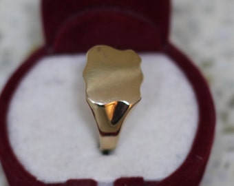 Large-sized 9 ct solid gold signet ring in the shape of a shield
