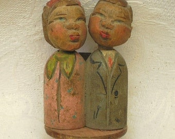 ANRI Italian 1950s vintage carved painted wooden bottle stopper rare kissing couple mechanical lever Alpine woodwork breweriana bar pub