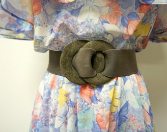 Accessories by Pearl . 70s 80s suede buckle . elastic wide belt . s / m . made in USA