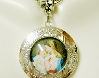Madonna and child locket and chain - AP22-501