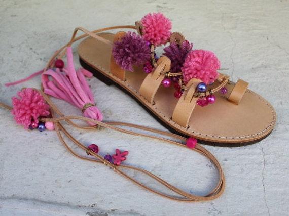 SALE Tie Up Gladiator Sandals, Greek Leather Sandals, Boho sandals, Pom Pom sandals Sandales plates sandales a lacets nu pieds